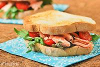 Sandwich de salmón con pesto de aguacate