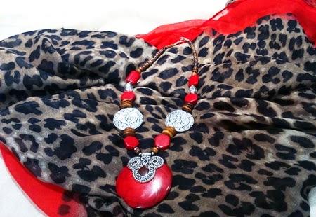 Collar corto con medallón rojo