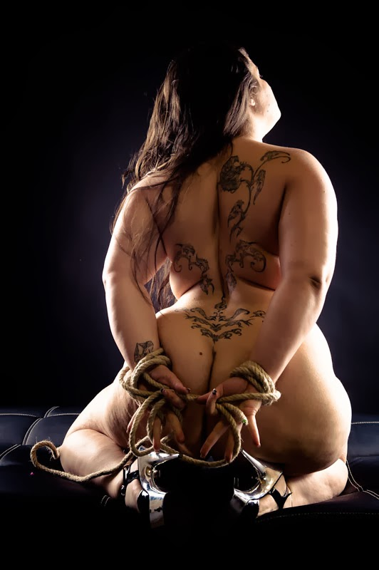 photo de Lyna Sweet modèle BBW, nue, a genoux en talons et les mains liées par une corde