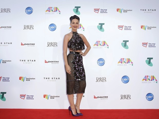Katy Perry accessory tooth in award