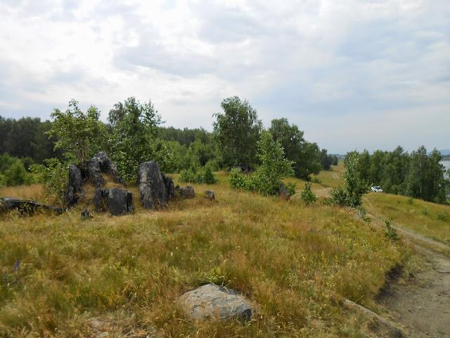 Каменные останцы у дороги на берегу озера Большие Касли