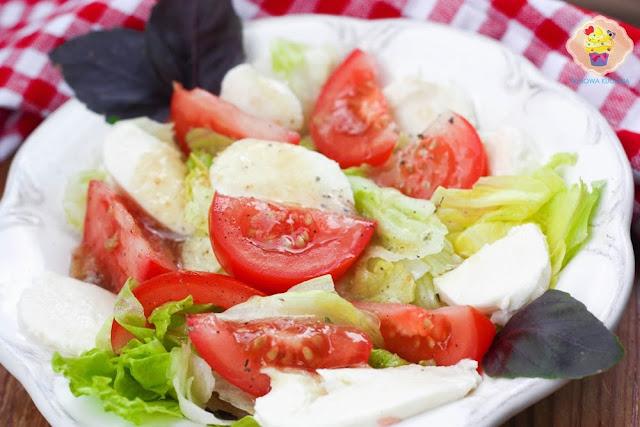 sałatka z pomidorem i mozzarellą, dip musztardowo-miodowy