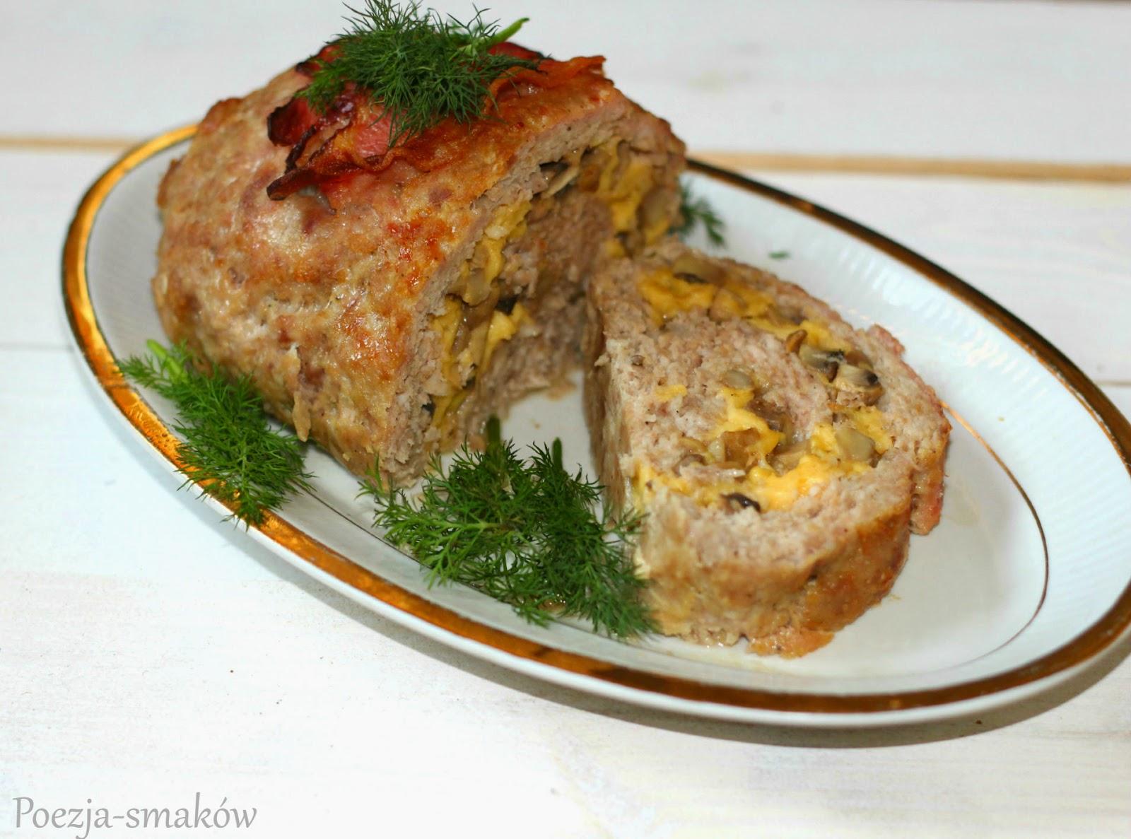 Rolada z mięsa mielonego nadziewana pieczarkami i żółtym serem.