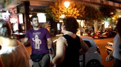 Βίντεο: Πέταξαν αυγά στον Λαπαβίτσα – «Είστε όλοι ξεφτίλες» φώναζε ο «δράστης»
