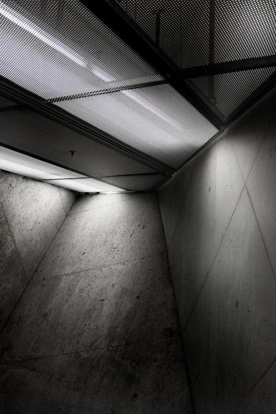 Canto junto ao tecto com pares oblíquas e iluminação por detrás de chapa perfurada