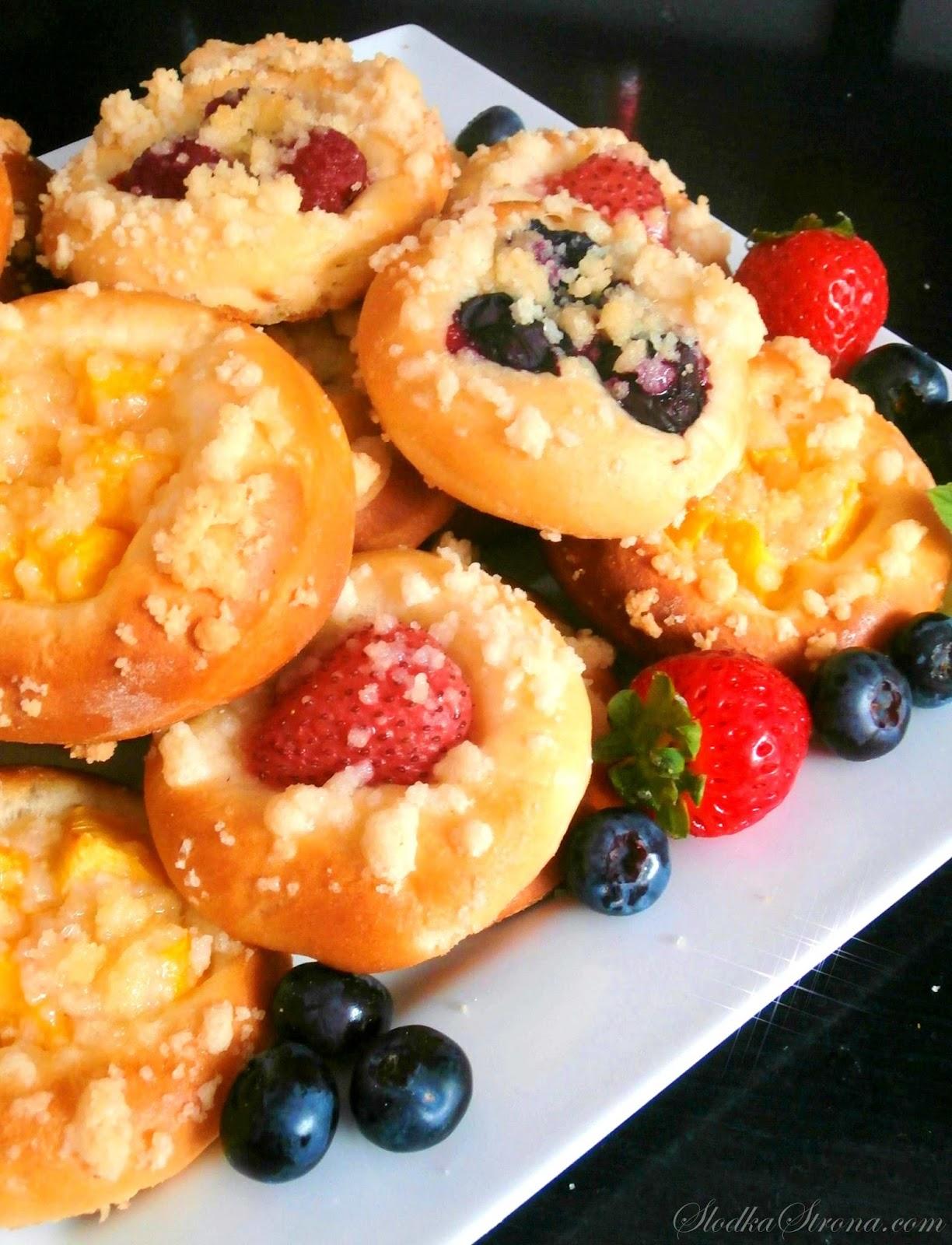 Mini Drożdżówki z Owocami i Kruszonką - Przepis - Słodka Strona