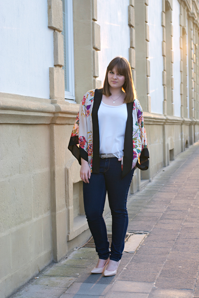 flower kimono jeans pumps outfit combination
