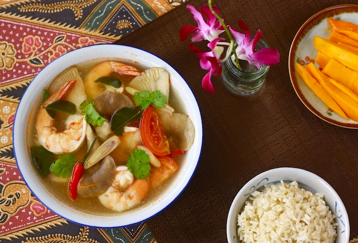 Thai tom yam koong shrimp soup recipe by SeasonWithSpice.com