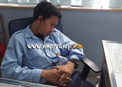 Salah satu anak magang di kantor saat tidak dapat menahan rasa kantuknya. Dia pun pulas tertidur.  Tidur sambil dengarkan musik?  Foto Asep Haryono