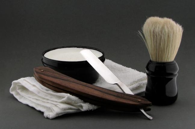 रेजर या ब्लेड से दाढ़ी कैसे काटें