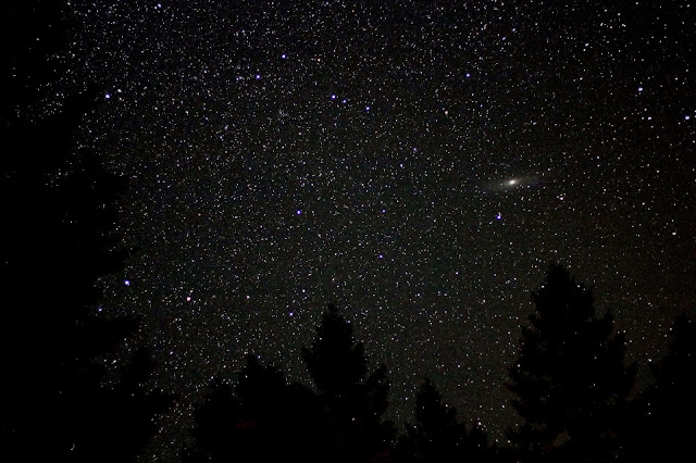 Thiên hà Andromeda trên bầu trời một khu cắm trại ở Montana vào giữa tháng 8/2012. Tác giả : Ted Van.