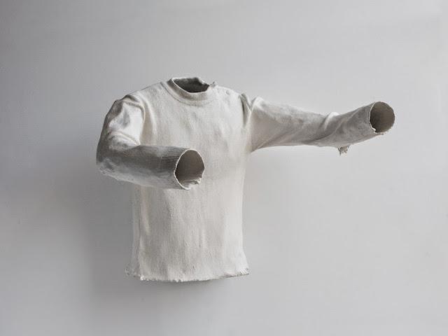 mathilde roussel artiste francaise qui vit a new york, travail d'artiste sur l'absence, l'amour, la mort, la mémoire, pull blanc moulé sculpture exposé galerie d'art contemporain