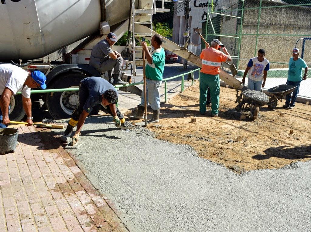 Trabalho de concretagem da Praça Francisco Graciano da Silva (Beira Linha) para implantação da Academia da Saúde ao Ar Livre