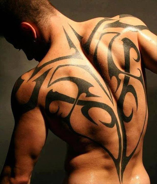 Tatuaje tribal masculino en la espalda