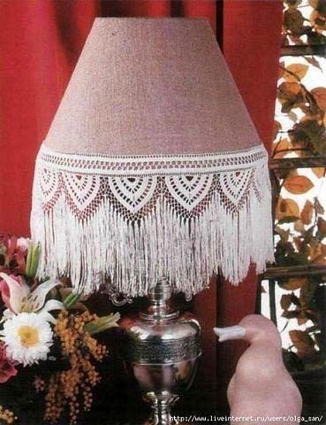Lámpara con pantalla decorada con puntilla al crochet
