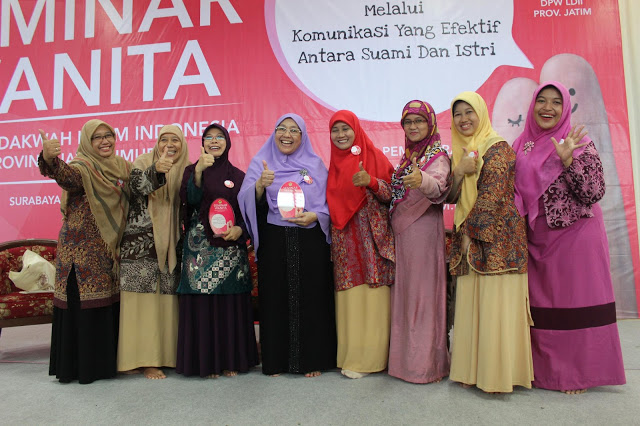 Seminar-Wanita-LDII-2015-dua-dari-kiri-Dra.Hj-Sri-Kartini-Dra.Rida-Wahyuningrum,M.Pd