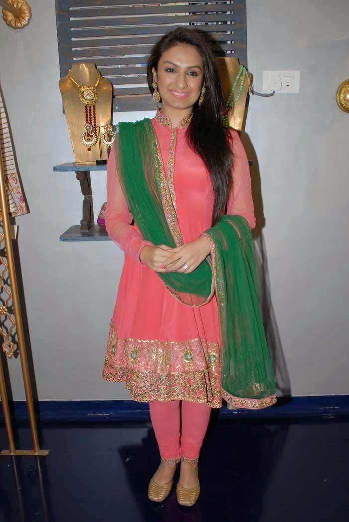 Singer Akriti Kakkar at Mayyur Girotra Couture