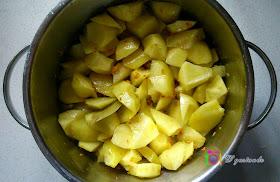 Chascamos las patatas y dejamos que se doren