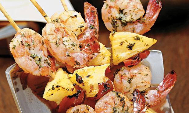 Receita de Espetinho de camarão e abacaxi