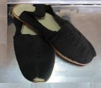 La confección y venta de alpargatas. Toda una empresa familiar en tiempos pasados. El fino calzado del pobre. En estos tiempos un lujo artesanal porque bien