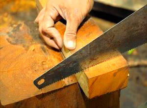 cara-memotong-kayu.jpg