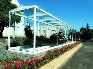 Gôndola Veneziana: um dos destaques do distrito de Nova Milano, em Farroupilha. Gôndola em redoma de vidro, em frente à igreja.