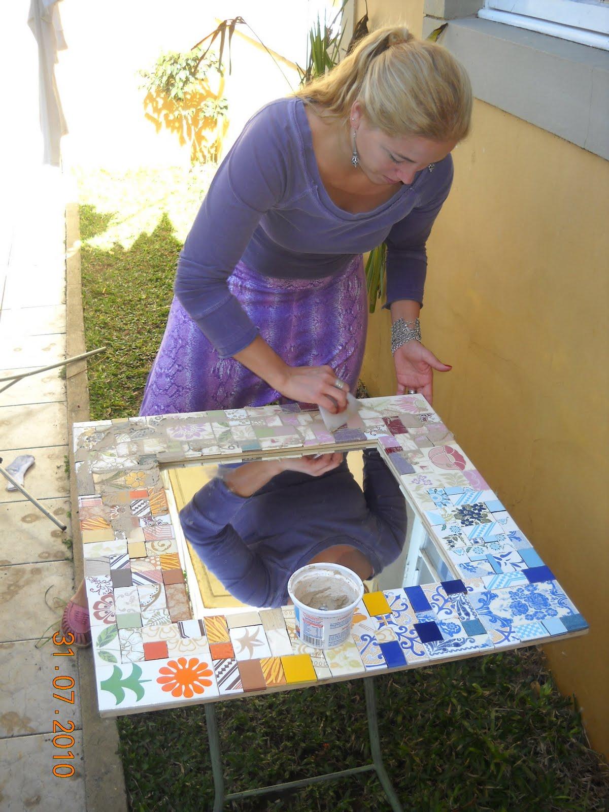 Aqui nessa foto estou fazendo o acabamento final do espelho que é a  #907A3C 1200x1600 Banheiro Com Azulejo Antigo