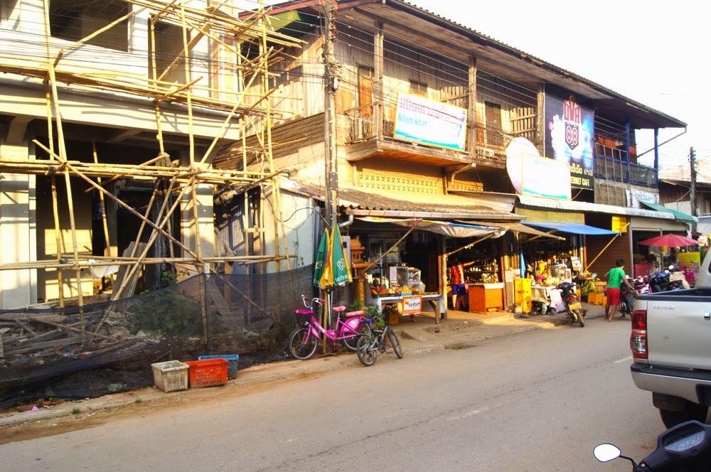 C'est dans la province de Bokeo, Laos, tout près de la zone de quasi non-droit du triangle d'or, pudiquement dénommée ''Zone économique spéciale'' qu'un groupe d'affaires chinois a décidé d'intensifier ses investissements qui ont débuté il y a déjà quinze ans. Si l'investissement dans un pays émergeant peut apparaître comme un signe de développement encourageant pour l'économie locale, le groupe chinois King Romans a une vision très particulière du partenariat économique avec le Laos.