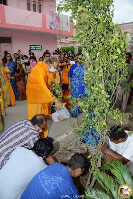 Kripalu Maharaj planting new trees in Mangarh