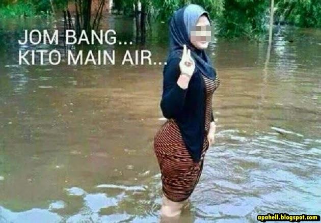 Aksi-Aksi Wanita Bermain Air Banjir yang Viral di Laman Sosial