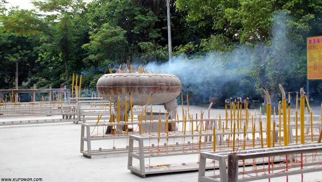 Incienso quemándose en el templo Po Lin