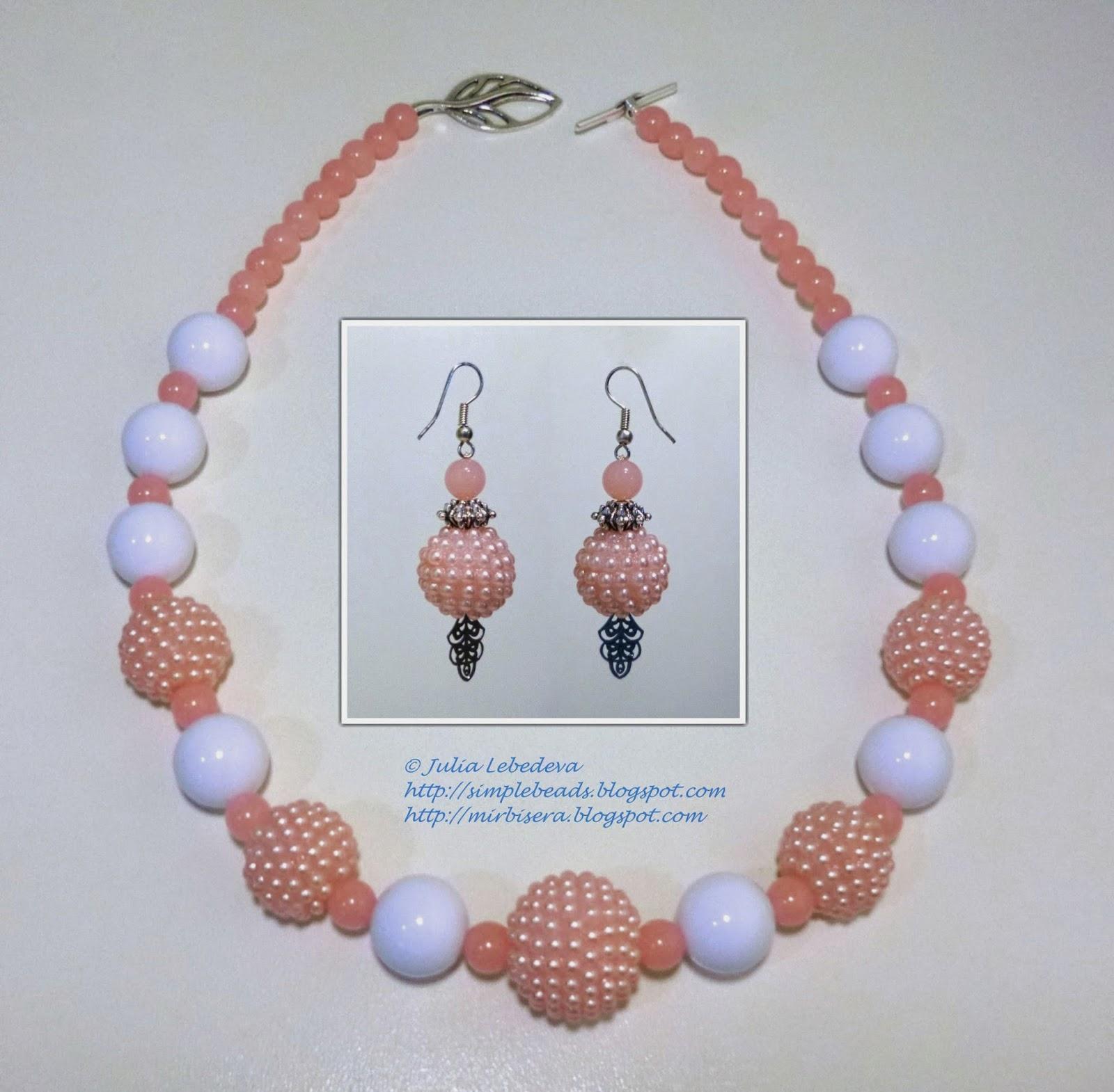 Ожерелье и серьги из бусин в розовых тонах
