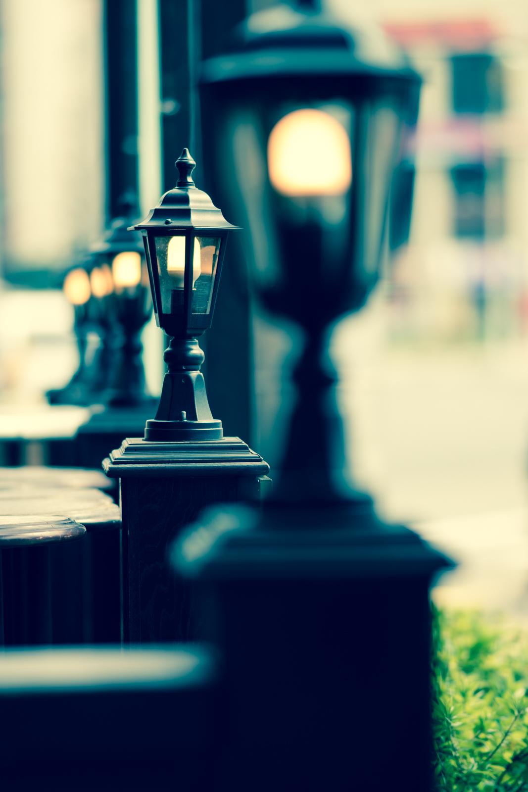クロスプロセスでRAW現像した街灯の写真