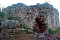Detall de la Torre Roja, on es poden veure restes d'opus spicatum, al fons del forat obert