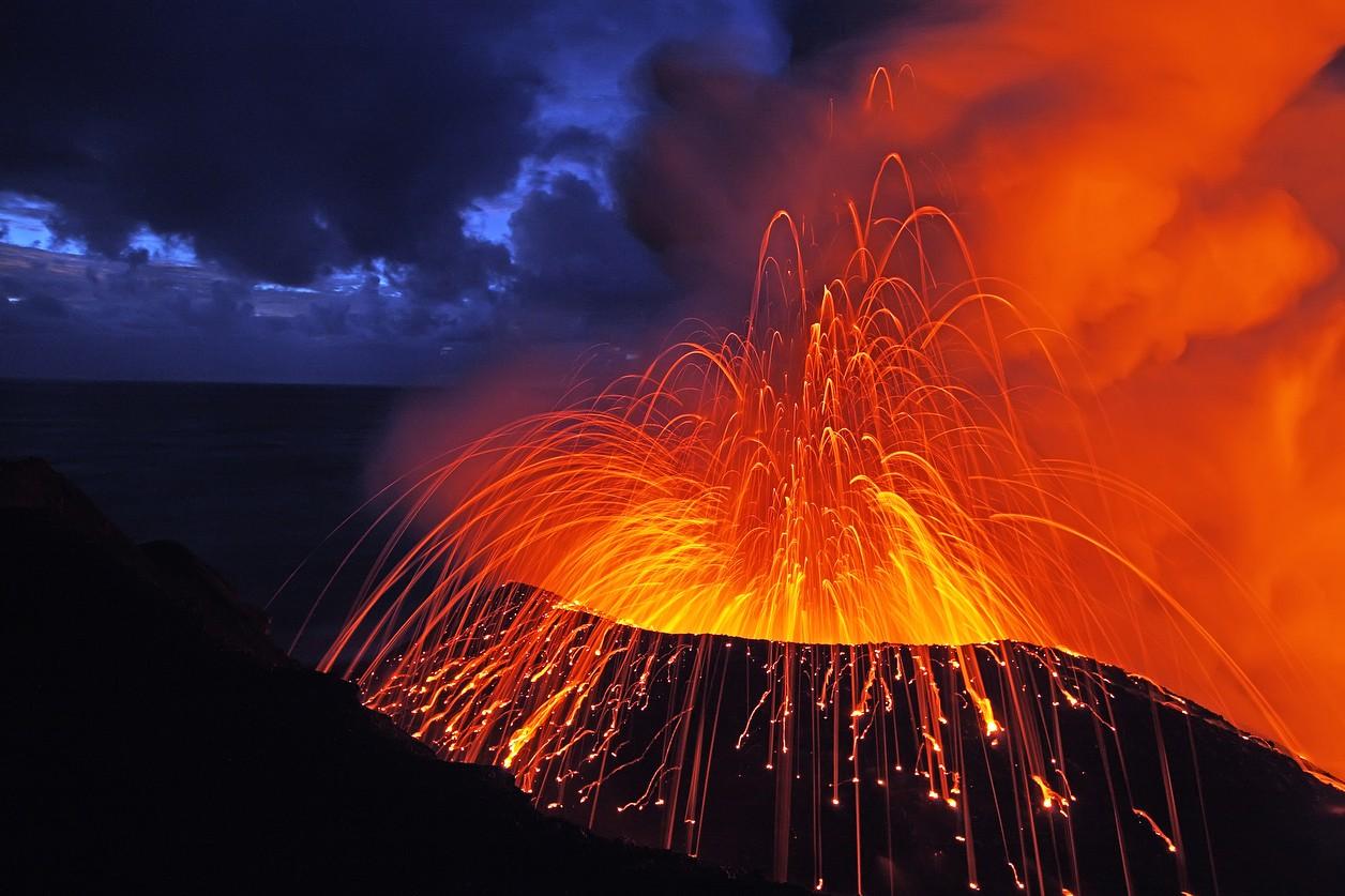 Volkanik bir patlama nedir Patlama sırasında yanardağdan ne gelir