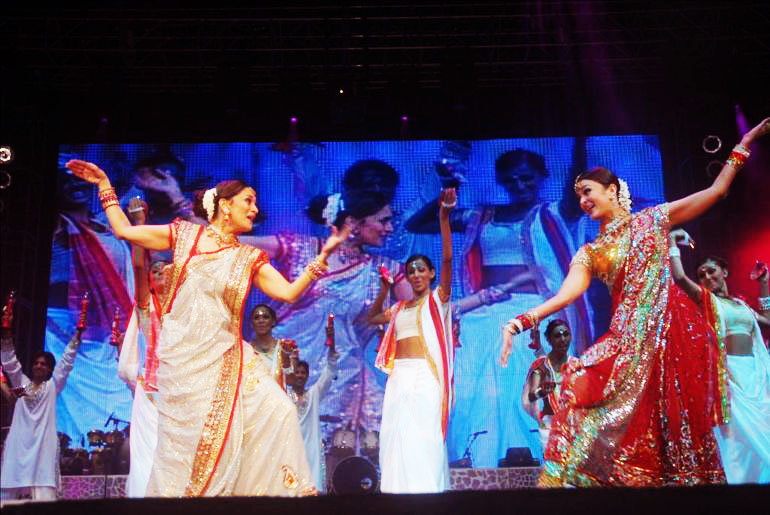 Madhuri Dixit, Aishwarya Rai1 - Madhuri and Aishwarya on stage performing dance pics