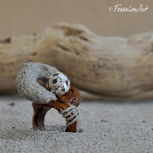 Anello in corda, sabbia, gommalacca e frammenti di conchiglie