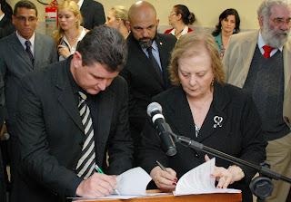 Prefeito Arlei e a presidente do TJRJ, desembargadora Leila Mariano, assinam termo de cessão de computadores e móveis de escritório do Tribunal de Justiça para a Prefeitura de Teresópolis