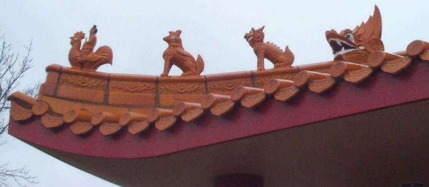 Figures on roof of Chinese Museum at Ararat
