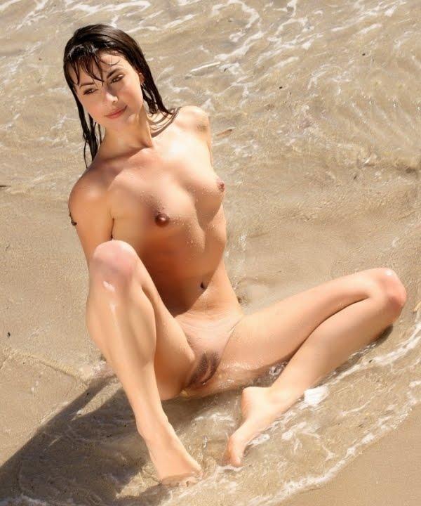 Fotos De Moreninha Toda Gostosa Tomando Banho Nua Na Praia E Mostrando