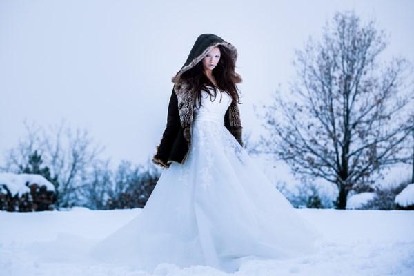 Panna Młoda w kożuchu na zimowy ślub.