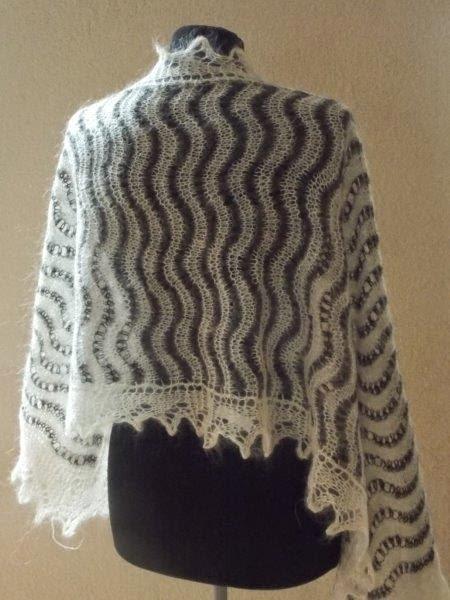 TE KOOP: grijs wolwitte shawl. Kanten puntrand.