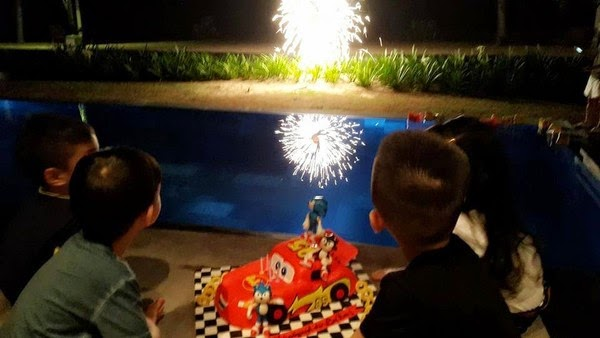 """Nhân dịp sinh nhật con trai, Hồ Ngọc Hà đăng ảnh Subeo bên bạn bè và gửi lời chúc tới con: """"Hãy luôn vui con nhé... Happy birthday son"""". Subeo được tặng bánh sinh nhật hình ô tô"""