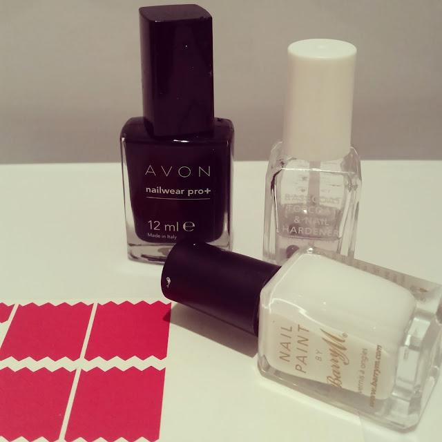 40-great-nail-art-ideas-black-and-white-chevron-negative-space-manicure (3)