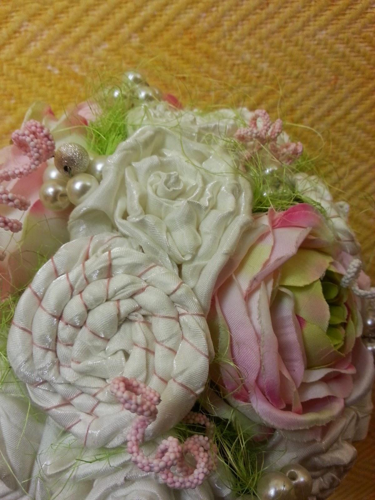 ramo de novia vintage realizado a mano con flores de tela, pistilos y perlas en colores rosa, verde y blanco roto