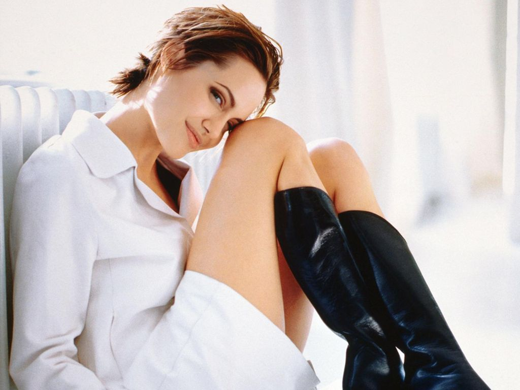 Angelina jolie hot pictures photo gallery wallpapers for Sexy bed photos