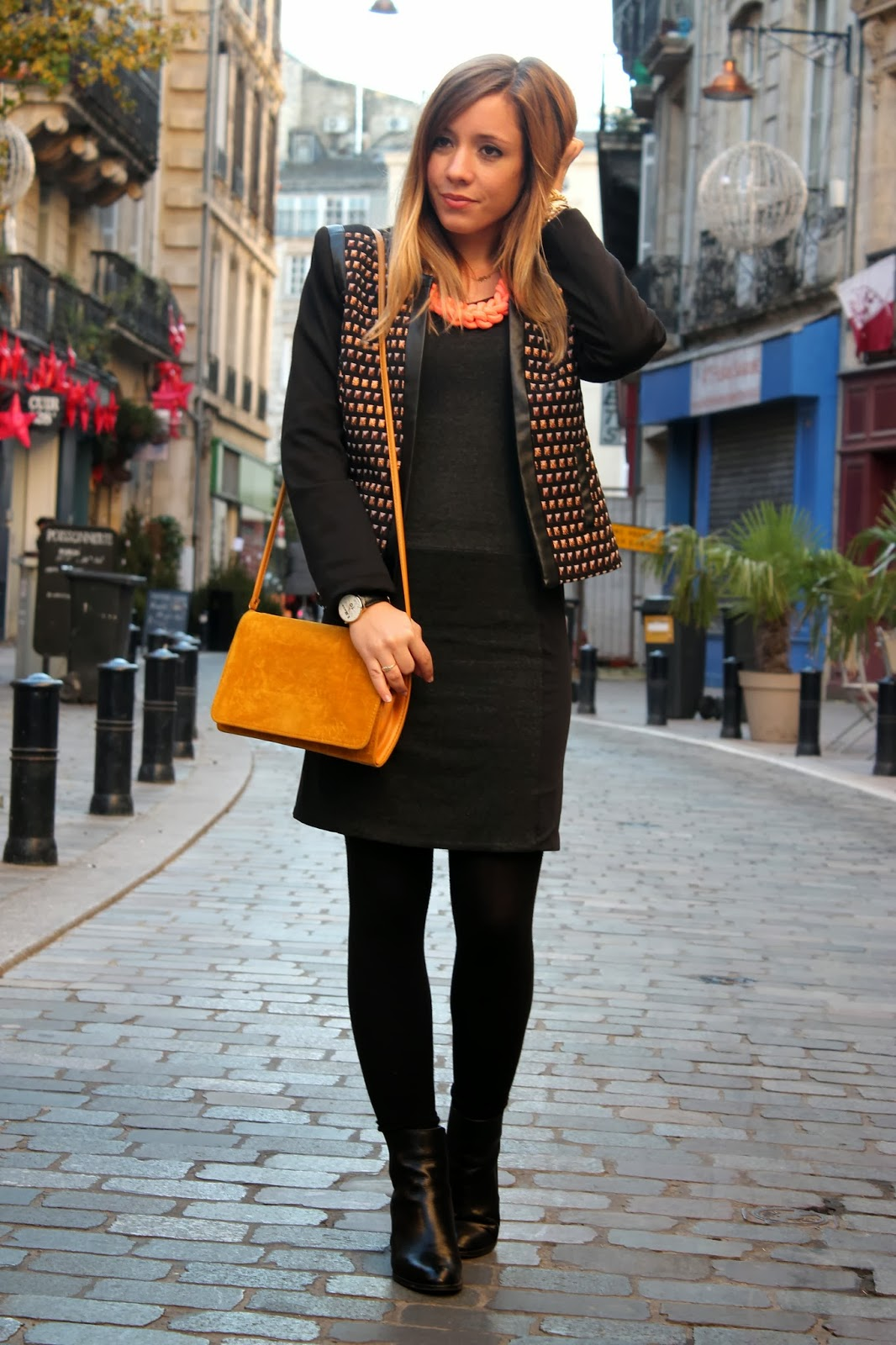Robe noire veste or