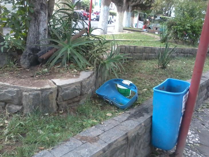 SERRINHA:POPULAÇÃO ESTÁ REVOLTADA COM TANTO ABANDONO NO CENTRO DA CIDADE