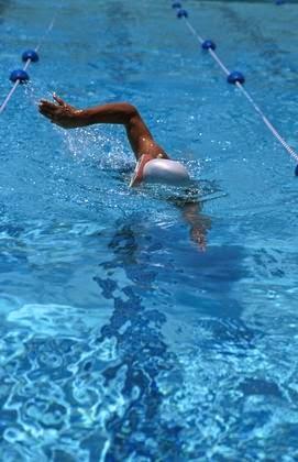 Foto de una chica nadando en la piscina