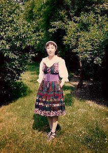 在H市家门前。自己设计和制做的衣裙穿起来最满意。